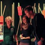 ehrenamtliche Besucherbetreuung in der Ausstellung zur kulturellen Evolution vom Darwineum