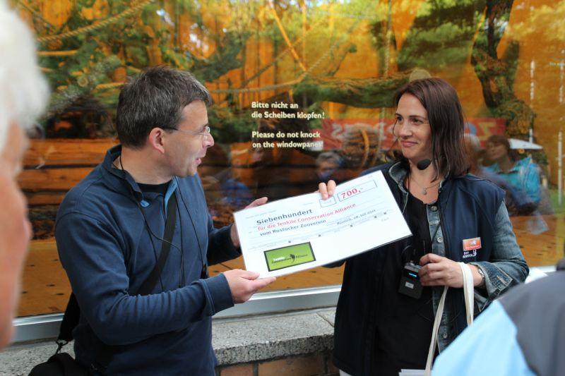 Spendenübergabe für das Tenkile Conservation Alliance, ein Artenschutzprojekt für Baumkängurus