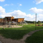 Wiese, Spielplatz und Umweltbildungszentrum