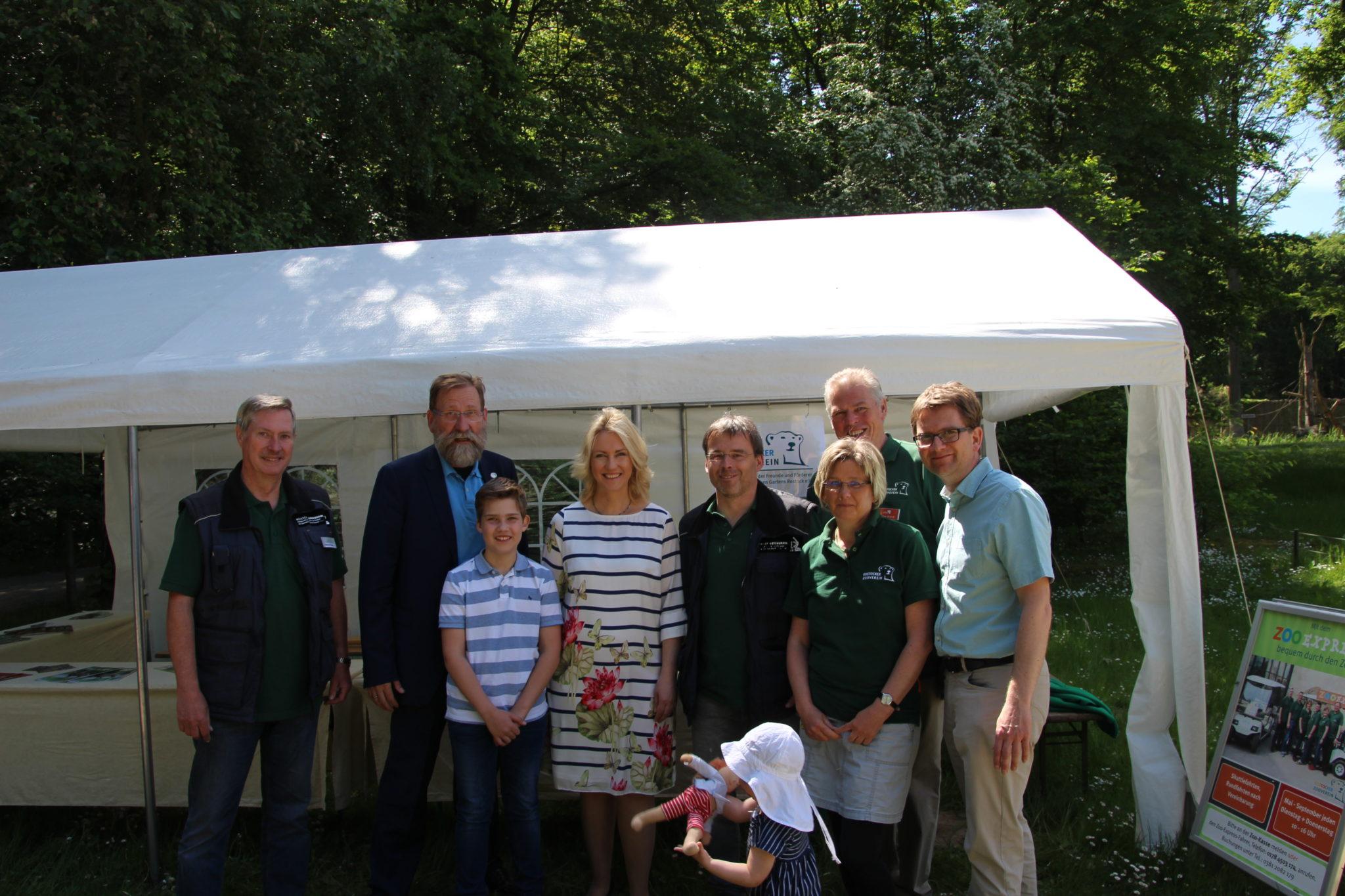 Ministerpräsidentin Manuela Schwesig am Stand des Rostocker Zoovereins